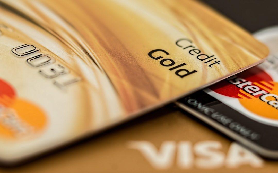 V zahraničí plaťte kartou, hotovst použijte jen na drobnou útratu